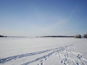 Potpuno zaleđena Volga, po kojoj se može skakati, šetati, skijati sankati i klizati. Plivati teško.