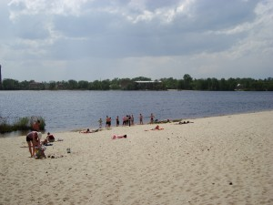 Vamos a la playa. Niko se ne kupa. Voda izgleda lepo izdaleka, al kad se priblizis, nekako je crvenkasta.
