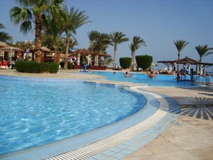 Naš super duper hotel. Plaža i bazeni, i swim-up bar da pijuckate direkt iz vode, i ležaljke, i sunce...milina jedna